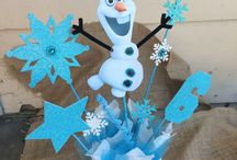 Fiesta Frozen: decoración ⭐ Frozen Party Decorations / Ideas para decorar una fiesta Frozen. Con estas originalidades decorativas vas a sorprender a la reina del cumpleaños y a todas las pequeñas princesas invitadas. ⭐ Every birthday party needs to be decorated, especially a Frozen party. Decorations set the scene. Without party decorations, it's just a bunch of kids hanging out on a play date. Add balloons, banners, themed table décor, even a piñata, and you've got a real party! Make Anna and Elsa the stars, or Olaf the centerpiece.