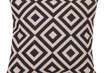 Koristetyynyt, torkkupeitot & taljat / Sisusta tekstiileillä! Tyynyt ja torkkupeitot viimeistelevät sisustuksen ja luovat sohvalle pesämäistä tunnelmaa. Laajasta valikoimastamme löydät moneen tyyliin sopivia tuotteita!