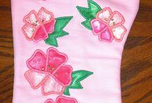 Кухонные рукавички / Rukodelieru.ru - это предметы домашнего декора с аппликацией по ткани. Этот альбом посвящён кухонным рукавичкам с аппликацией по ткани и комплектам с рукавичками.