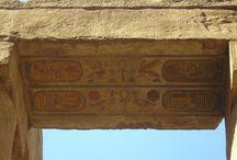 Las abejas de los antiguos egipcios / El faraón egipcio era representado por una abeja. Por eso podemos observarlo en casi todas las construcciones que nos han quedado de la antigua civilización egipcia.