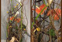 Floristry transparent style - Transparentti tyylimuoto / Transparentti tyylimuodolle on tunnusomaista: Heikko ulkoinen muoto. Leikkisyys ja ilmavuus. Konstailemattomuus. Kerroksittaisuus. Läpinäkyvyys. Rauhaton ilmaisu. Dominanssi linjoilla. Liike. Tyyli aikakausi: Postmodernismi (1970-1995)
