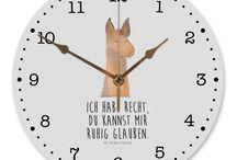 Lama - Kollektion / Diese wunderschöne Uhr von  Mr. & Mrs. Panda wird liebeveoll in unserem Hause bedruckt und an sie versendet. Sie ist das perfekte Geschenk für kleine und große Kinder, Weltenbummler und Naturliebhaber. Sie hat eine Grösse von 30 cm und ein absolut lautloses Uhrwerk.