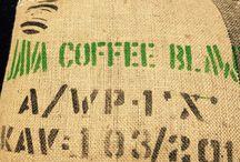 Indonesia -  Java Blawan / Indonéská káva je známá všude pro svou vysokou kvalitu, jemnou chuť  a výrazné aroma. Naše INDONESIA - JAVA BLAWAN má plné tělo, příjemné čokoládové tóny s jemným ořechovým podtónem. Doporučujeme ochutnat.