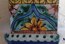 Portacellulare policromo  in ceramica dipinta a mano.Decoro Geo/Floris