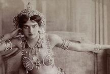 LA BELLE ÉPOQUE / Articoli di Mariangela Camocardi, La regina del rosa italiano, e fotografie tratte dal suo sterminato archivio.