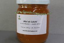 """Miel de la Réunion / L'ile de la Réunion produit du miel de baies roses (poivre roses ou faux poivrier), miel de tan rouge, miel de letchi, miel de bibasse, miel raisin marron, miel de jambrosat. Et du miel de type """"toutes fleurs"""".  www.yumhbox.com"""