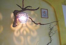 Licht von oben / Auf dieser Pinnwand stelle ich meine stimmungsvollen selbstgefertigten Deckenlampen und Hängelampen vor. Momentan arbeite ich gerne mit Wurzeln und Holz in Kombination mit Ton. Die Beleuchtung läßt das Wildholz in warmen Licht erstrahlen, die Durchbrüche in der Keramik ergeben ein interessantes Licht- und Schattenspiel.