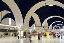 Aeropuerto de Sevilla / El aeropuerto de Sevilla, situado a diez kilómetros al noroeste de la capital hispalense, afrontó su máxima expansión en 1992 cuando, con motivo de la Exposición Universal, se construyó un nuevo edificio terminal, se amplió la plataforma de estacionamiento de aeronaves y se ejecutó un nuevo acceso desde la carretera nacional N-IV; al sur de la pista se edificó una nueva torre de control. http://ow.ly/Gx1o2