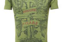 T-Shirts / T-Shirts sind in! Du kannst sie in allen Formen und Varianten richtig kombiniert zu beinahe jedem Anlass tragen. T-Shirts mit Jeans und Sneakern wirken lässig und cool, T-Shirts zu Sakko und Chinopants wirkt elegant und chic. Gerade mit unifarbene T-Shirts kannst du sehr viele verschiedene Looks und Outfits zusammenstellen.