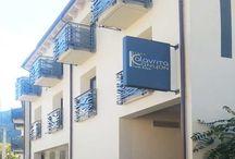 KANYON HOTEL & SPA - ΓΕΩΘΕΡΜΙΑ / Οι μηχανές πήραν μπροστά και σε φάση πλήρους λειτουργίας βρίσκεται το έργο Γεωθερμίας στο ξενοδοχείο Kalavryta Canyon Hotel & Spa, που εκπονήθηκε από την ΗΡΩΝ ΑΝΑΝΕΩΣΙΜΕΣ.  Το μεγέθους 4.000τμ.ξενοδοχείο, παρουσιάζει αυξημένες ενεργειακές ανάγκες, που καλύπτονται κατά ένα μεγάλο μέρος από τις γεωθερμικές αντλίες Hautec 90kw υψηλών θερμοκρασιών 65 βαθμών, οι οποίες συνδέθηκαν επιτυχώς με ανοικτό σύστημα γεωεναλλάκτη 2 υδρογεωτρήσεων βάθους 60 μέτρων.