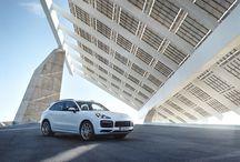 Cayenne E-Hybrid / Damos la bienvenida a un nuevo miembro de la familia Cayenne. El Cayenne E-Hybrid combina las mejores cualidades dinámicas de su categoría con la máxima eficiencia.