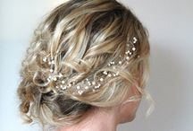 Peinados con flores y follaje natural