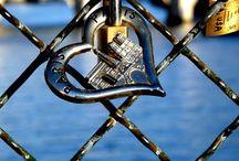 Rakkauslukot/ Lovelock. / Esim.siltoihin kiinnitetyt lemmenlukot.