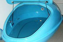 Floating pro dva / Zažijte speciální lázeň obohacenou minerály z Mrtvého moře, které Vám nedovolí se potopit. Přijďte zrelaxovat a obnovit do harmonického prostředí nádrže. Díky beztížnému stavu dochází k absolutnímu uvolnění svalstva, páteře a kloubů. Tento efekt se velmi úspěšně využívá při bolestech kloubů a páteře a páteře, k urychlení hojení zlomenin a celkové regeneraci po úrazech. Díky slanému prostředí se Váš organismus skvěle pročistí, celková regenerace a výživa buněk se urychluje. Doporučujeme!