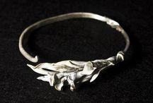 NADUR. Pulseras. Bracelets / Realizadas en plata y latón. Inspiración vegetal. Flores y tallos enredados en un brazo de plata ajustable. Con una fina pátina blanca como acabado...Silver brass bracelets.