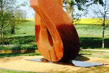 Beverly Pepper / Sculptrice nonagénaire, Beverly Pepper a fréquenté diverses fonderies italiennes pour pouvoir déclarer que le matériau (le métal) lui a confié tous ses secrets. Elle fut la seule femme à exposer parmi de grands noms tels que Henry Moore, Alexander Calder ou David Smith.