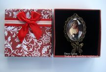 Colgantes y anillos de camafeos / Colgantes y anillos de camafeos con diversas imágenes. Se pueden comprar los modelos disponibles o se puede hacer la imagen que se desee. Son totalmente personalizables y quedan ideales para regalos. Se presentan en una caja muy bonita de regalo.