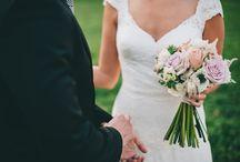 Ramos de novia campestres / Una selección de algunos ramos de novia para bodas naturales y al aire libre. Como fotógrafos de bodas campestres en Madrid y Barcelona nos encanta sacar fotos a todos los detalles de la boda.
