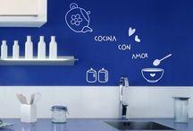 Vinilos cocina /   Un sector de nuestro hogar que no debemos olvidar es nuestra cocina y es que existen entretenidas forma de darle mayor vida a este lugar, como por ejemplo con vinilos decorativos que puedes pegar en las paredes y con distintos mensajes positivos y diseños relacionados a este espacio.