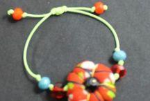 Bracelets fleur en wax / Bracelet fabriques avec du wax et perles de verre / by TOMBASANA