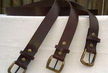 Cintos eternos / Vaqueta de 4 mm. de espesor, teñida en negro y marrón.  Dos medidas de ancho: 3,5 cm. (clásico jean) y 4 cm. (canchero).