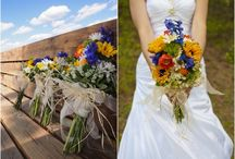 This Colorado bride chose colorful wildflowers for her outdoor wedding. / ブーケ