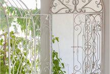 Lustra Prowansalskie / Lustra spełniają bardzo ważną rolę w naszych mieszkaniach, domach. Optycznie potrafią powiększyć wnętrze, mogą być duże bądź mniejsze. Mogą mieć zastosowanie dekoracyjne bądź użytkowe.