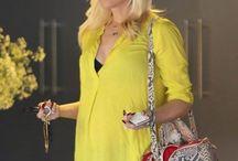 Styl gwiazd: Gwen Stefani / Żółta tunika, ciemne dżinsy, buty za kostkę oraz torebka z motywem skóry węża. Jak ocenicie ciążową stylizację Gwen Stefani ?