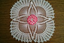 Crocheted tablecloths, napkins, curtains ... / Napkin with pineapple motifs and flower in the middle