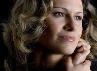 Maria Genova / Maria Genova werd geboren op 12 januari 1973 in Bulgarije en groeide op in Plovdiv, de tweede stad van het land. Ze heeft daar haar gymnasiumopleiding voltooid. Op haar negentiende volgde ze haar vakantieliefde naar Nederland.Na een paar honderd artikelen durfde ze zich voor de opleiding Journalistiek op te geven en binnen vier jaar studeerde ze af aan de Academie voor Journalistiek in Tilburg.