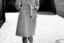 Lea / moderne, gebildete elegante Lady mit jugendlichem Drive, Trenchcoat trifft auf Seide trifft auf moderne Asymmetrien,  sportlich- elegantes Design , Dandy als Variante- Hosenträger, Schlips, Smoking, Herrenschuh
