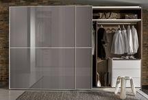 Flua / Model Flua, to szafa zespolona z wielkoformatowymi drzwiami, które zaprojektowane są tak, by uzyskać elegancką, jednolitą powierzchnię frontu. Ten rodzaj garderoby, nazywanej systemem zamkniętym, dobrze sprawdza się w mieszkaniach o niewielkiej powierzchni, gdzie nie ma możliwości wydzielenia na garderobę osobnego pomieszczenia.