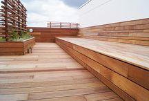 """Jatoba tagterrasse / Eksklusive jatoba terrassebrædder leveret af Keflico A/S er brugt til en stor og eksklusiv tagterrasse på bygningen """"Katedralen"""" i Nørresundby's øverste etage. En forholdsvis stor terrasse med mange fine detaljer og finesser såsom reposer beklædt med kunstgræs og indbyggede blomsterbede. Tagterrassen har desuden udsigt over fjorden. Jatoba terrassebrædder og lister leveret af Keflico A/S. Foto: Keflico A/S."""
