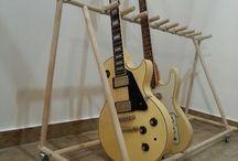 Rolling guitar rack. 12 space guitar stand handcrafted. With moping handle. / 12 db gitár tárolására alkalmas.  Különböző szélességű gitárokhoz állítható támasszal. Gurulós , stabil és pillekönnyű. Saját tervezés és kivitelezés.