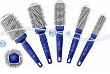 Strumenti Bio Ionic / Dall'esperienza Bio Ionic (www.bioionic.it) nella cura e nel benessere dei capelli nascono i nuovi strumenti dotati del complesso di 32 minerali che emettono ioni naturali negativi, aiutando a migliorare la condizione e la bellezza dei capelli. Infatti gli ioni naturali negativi durante l'asciugatura scindono le gocce d'acqua in micro particelle che penetrano nel fusto del capello apportando il corretto equilibrio di idratazione, eliminando l'effetto crespo e l'elettricità statica.