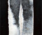 """Firepaint / La Firepaint è un approccio agli elementi sviluppato a partire dagli stessi principi della Ceramica Preistorica e volto ad indagare gli aspetti più essenziali del mezzo ceramico.  L'intento è ridurre al minimo non solo la tecnica ma anche l'intervento per concentrare l'attenzione sulle caratteristiche e la valenza espressiva del fuoco. La terra, come una tela, funge così da supporto impressionabile dove l'intervento """"pittorico"""" avviene durante la fase di cottura."""