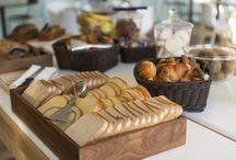 Petit-déjeuner buffet / Un petit-déjeuner buffet copieux et varié pour répondre à toutes les envies, gourmandes & diététiques...