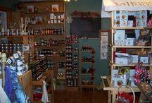 La Halte Des Saisons / Dans une ambiance chaleureuse, venez découvrir à La Halte Des Saisons de savoureux produits du terroir québécois. Cette boutique est un point de vente pour de nombreux artisans et producteurs de chez nous. Vous ferez donc de belles trouvailles provenant du savoir-faire de plus de 40 entreprises!