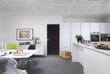 Døre til Køkken / Det findes mange muligheder når der skal vælges døre til køkkenet. Overvej en dør med tavle eller whiteboard hvor man kan notere indkøbslisten eller familiens ugeplan. Eller glasdøre som giver et dejligt lysindfald