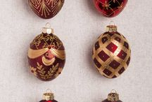 Brilliant Bordeaux Theme / Dazzle holiday guests with our beautiful Christmas decorations in deep burgundy and luxurious gold hues.