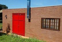 """Platibanda / Destaque na fachada da residência, a platibanda pode ser considerada o coroamento da residência ou de um edifício. Com a função estética de esconder o telhado e as calhas, garante um ar mais contemporâneo e """"clean"""" para a construção."""