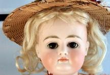 Vintage dolls / Je sais enfin pourquoi ma poupée est malade.  Chaque nuit, en cachette, elle fait sa toilette  Et court au bal masqué où les pierrots poudrés  et les polichinelles ne dansent qu'avec elle.  C'est un chat du quartier qui me l'a raconté ! Maurice Careme
