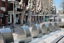 """Recycling Urban Design Underground containers / Grazie alla particolare struttura interrata si integrano con il paesaggio e con l'ambiente, migliorando l'impatto estetico di piazze, strade e centri storici. Il sistema """"Underground"""" è particolarmente funzionale ai quartieri ad alta densità di popolazione e/o a sviluppo verticale. La sua struttura piacevole e modulare non genera barriere architettoniche ma ne favorisce l'accessibilità in massima sicurezza a tutte le categorie di utenti."""