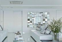 sofa com espelho atras