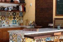 área de lazer com revestimentos de mosaicos no balcão e na parede da pia