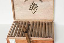 Don Benigno Ultra Limitada / Perfekcyjnie zwinięte w typie kubańskim, doskonałej jakości tytoń. Podczas palenia wyczuwamy nuty pieprzu, drzewa i liści dębu.  Oprócz rozmiaru Robustos  sklep.cigarblog.pl oferuje: Cazadores, Corona Gorda, Laguito, Petit Robusto oraz Reservas .  Dzięki nieoficjalnym źródłom wiemy, że filler w 70% składa się z tytoniu kubańskiego pochodzącego z rejonu Pinal-del-Rio | http://sklep.cigarblog.pl/?s=don+benigno