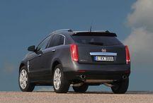 Cadillac / Marchio americano produttore di auto di lusso. Look elegante, dettagli riconoscibili e qualità americana.