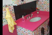 banheiro rosa com papel contac