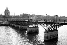 Rayuela: 50 aniversario / ¿Encontraría a la maga? Tantas veces me había bastado asomarme, viniendo por la rue de Seine, al arco que da al Quai de Conti, y apenas la luz de ceniza y olivo que flota sobre el río me dejaba distinguir las formas, ya su silueta delgada se inscribía en el Pont des Arts, a veces andando de un lado a otro, a veces detenida en el pretil de hierro, inclinada sobre el agua....
