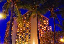 Unelmien loma / Loma on viidentähden hotellissa läpimällä saarella, meren rannalla. Siellä on mahtavat yökerhot, ravintolat, hiekkarannat ja uima-altaat.